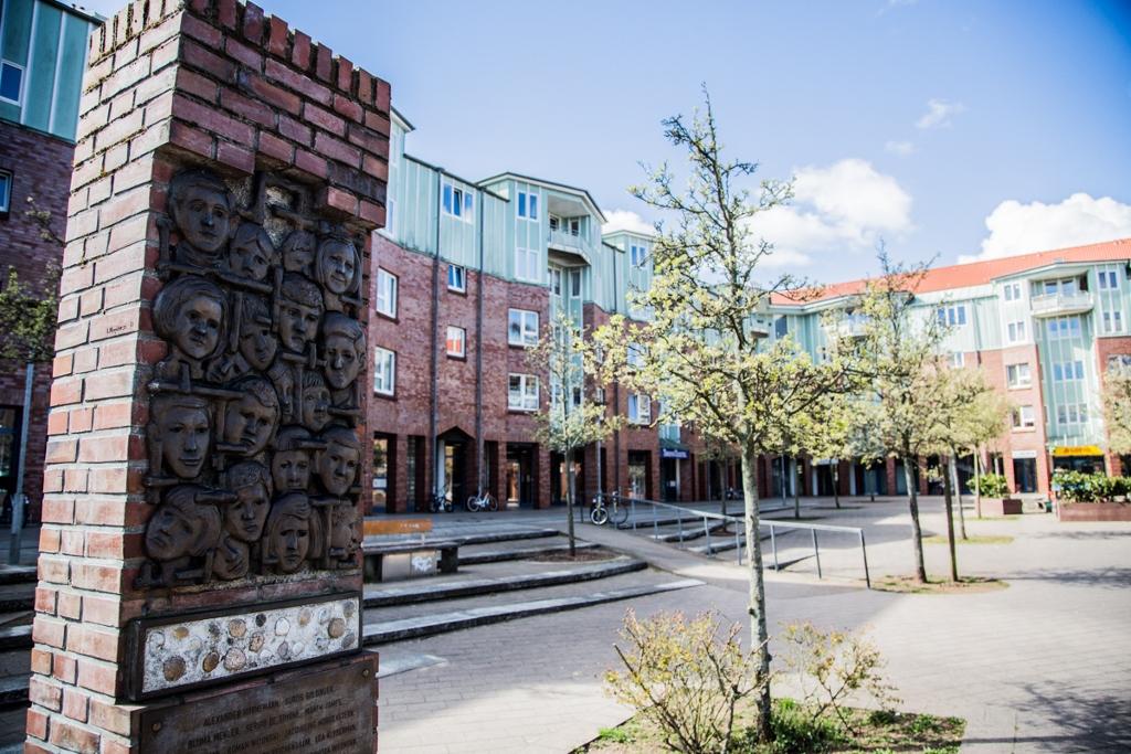 Der Roman-Zeller-Platz in Burgwedel mit dem Mahnmal für die Kinder vom Bullenhuser Damm
