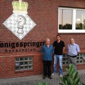 Vor dem Königsspringer-Vereinshaus mit Kassenwart Martin Bierwald (l.) und dem Vorsitzenden Carl Buhr