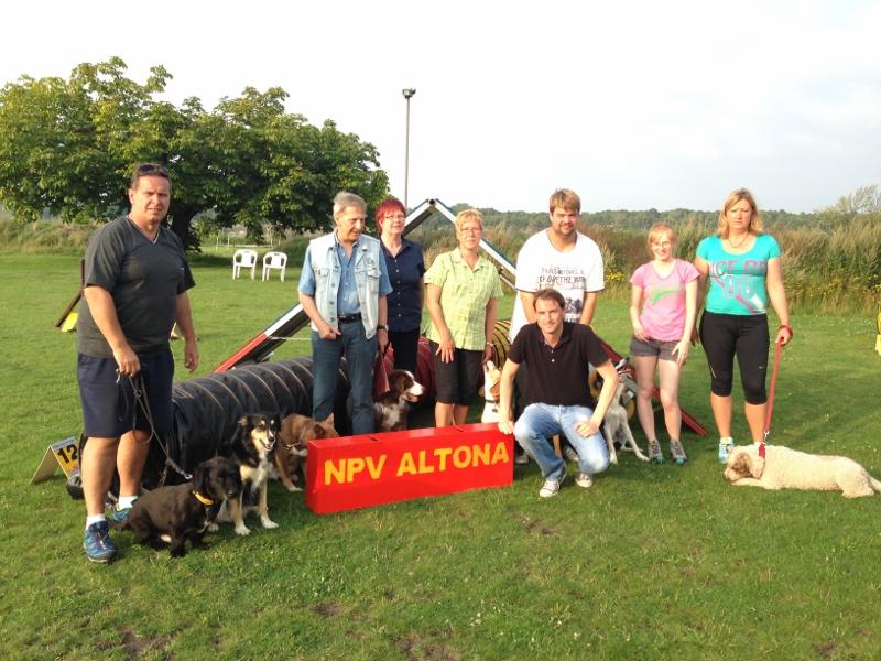Mit Herrn Pöppelmann (2. v. l.), Frau Bartels (3. v. l.), NPV-Vereinsmitgliedern und ihren Hunden