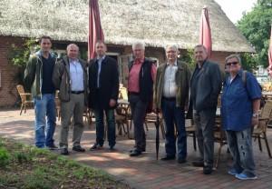 Vor dem Bornkasthof: U.a. mit Bernd Hoffmann und Heinrich Stehr (Herz von Schnelsen)